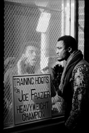 Ahead of the world title fight in 1971, Ali taunts Frazier. (John Shearer/Time & Life Pictures/Getty Image)